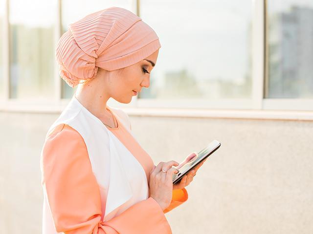 arab-woman-tablet_si.jpg