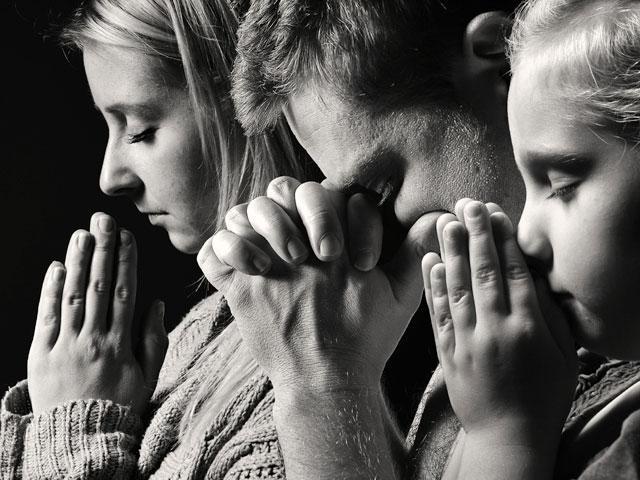 child-parents-pray_SI.jpg