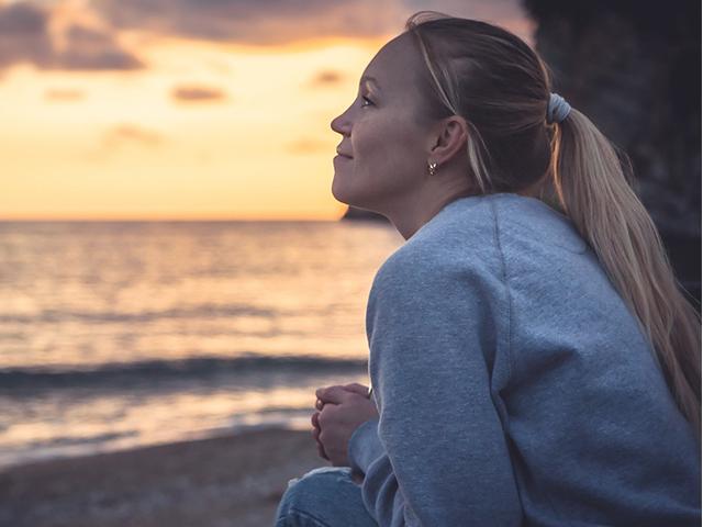 hopeful-woman-seashore