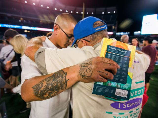 Attendees respond to gospel invitation at SoCal Harvest. (credit: Harvest)