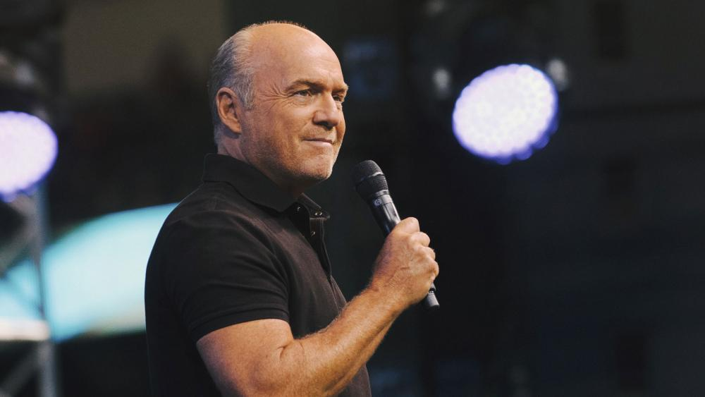 Greg Laurie preaches at the 2018 SoCal Harvest Crusade. (Image credit: Vitaly Manzuk for Harvest Ministries)